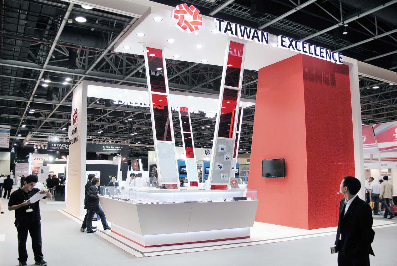 展覽設計 以紅白色系、簡約結構、俐落線條、室內裝潢級建材,結合開放式空間及明亮採光,展覽設計打造台灣精品館為旗艦精品店